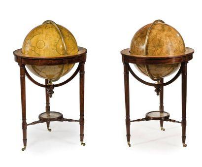 Paire de globes terrestre et céleste par CARY Pieds tripodes en acajou, tables équatoriales...