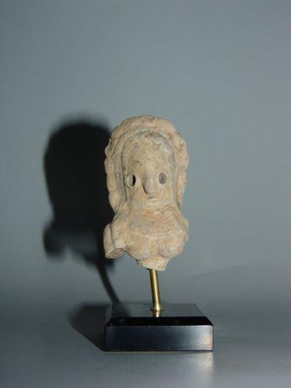 MEHRGARH (3000 - 2500 av. J.C.) Buste d'idole féminine. Elle porte un collier. En...