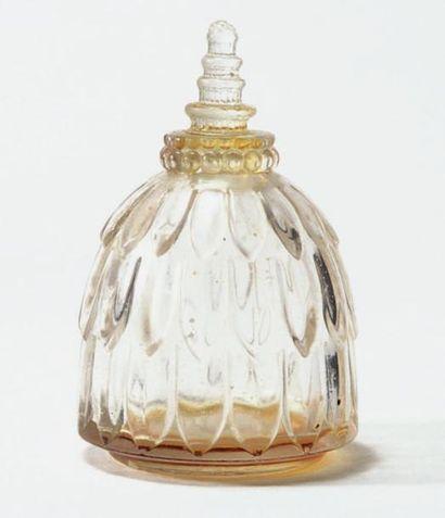 Narcisse Flacon en verre blanc soufflé, moulé....