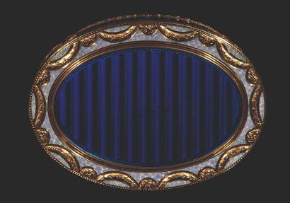 Tabatière en or émaillée de forme ovale, doublure en or, couvercle monté à charnière....