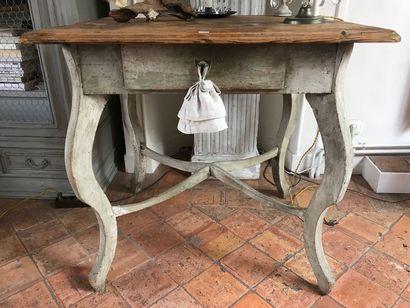Table à pieds galbés en bois laqué