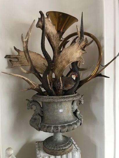 Vase Médicis,  trompe de chasse,  oiseaux empaillés,?bois…