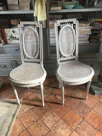 Fauteuil en bois laqué,  une chaise  et une paire de chaises en bois