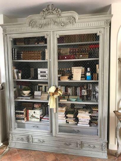 Deux armoires laquées à portes grillagée...