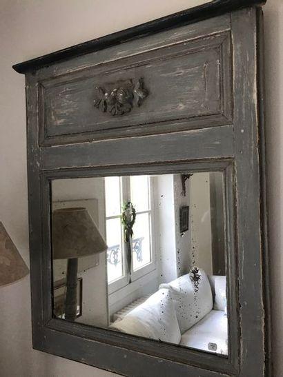 Enfilade,  chevet,  fauteuil laqué,  lampes,  miroir
