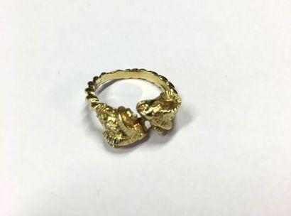 Deux bijoux en or jaune 18K (750°/00): - une montre de col cadran doré, dos orné...