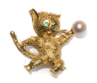 Broche chat à la balle en or jaune 18K (750°/00)...
