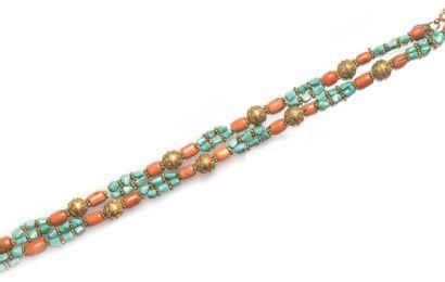 Collier composé de perles de turquoise alternées...