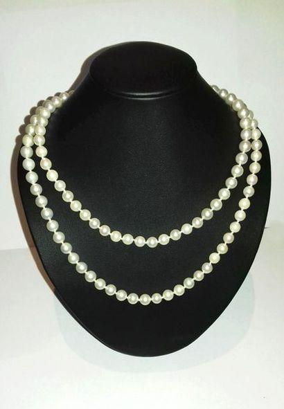 Long collier de perles de culture blanches,...