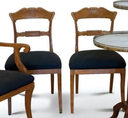 Paire de chaises en citronnier massif sculpté...