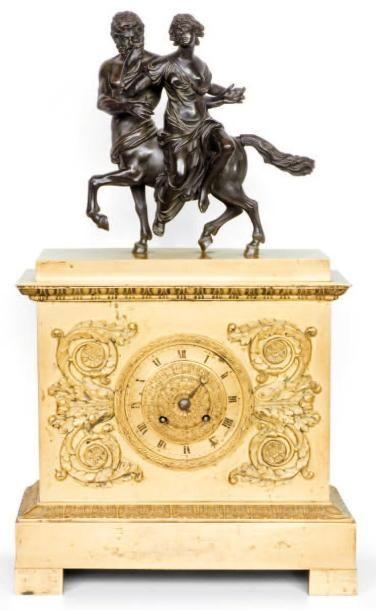Pendule borne en bronze doré et patiné surmontée...