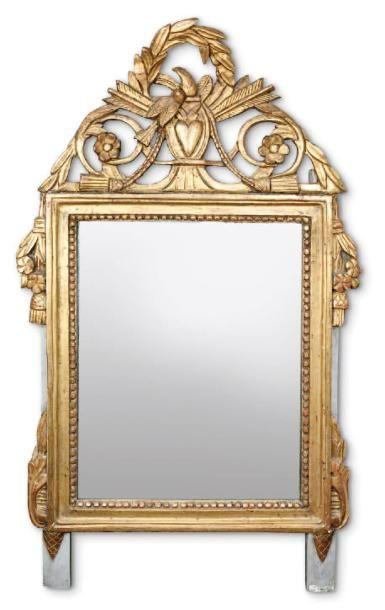 Miroir à fronton en bois sculpté et doré,...