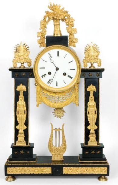 Pendule portique en bronze ciselé doré et...