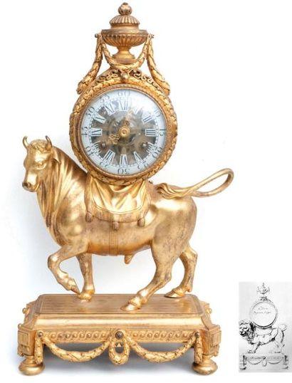 Pendule au taureau en bronze ciselé et doré....