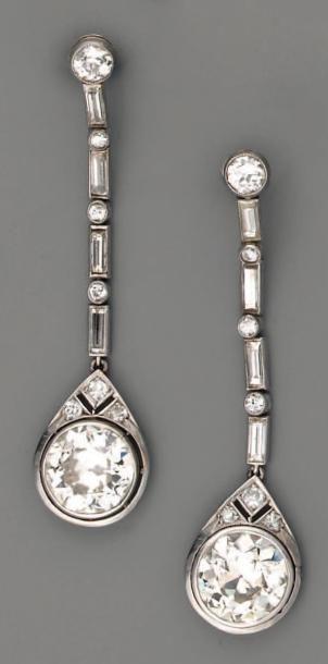 Pendants d'oreilles 1925 en platine et diamants...