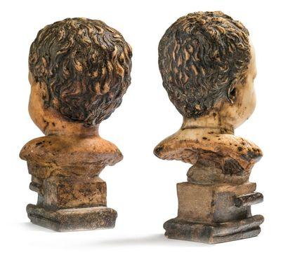Paire de bustes de putto en marbre, chacun posé sur une base. Les deux enfants ont...