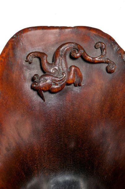 CHINE - XVIIIe siècle Coupe libatoire en corne de rhinocéros de couleur miel à décor...
