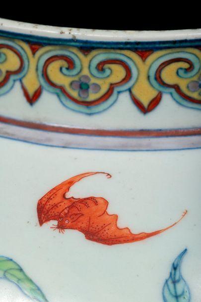 CHINE - XVIIIe siècle Vase balustre en porcelaine décorée en bleu sous couverte et...