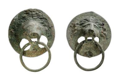 Deux poignées en bronze aux têtes de lion...