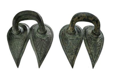 Paire d'anses de grand vase en bronze Art...