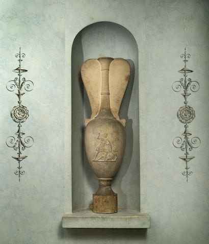Loutrophore sculptée d'une scène de combat...