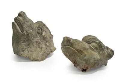 Deux têtes de chien en pierre calcaire sculptée....
