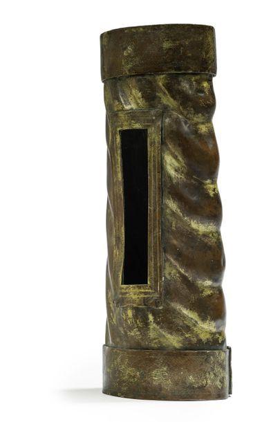 Bras reliquaire en cuivre à décor torsadé,...