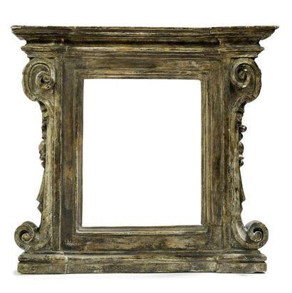 Cadre architecturé en bois sculpté et en...