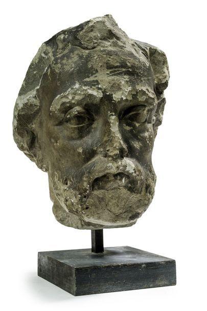 Tête d'homme barbu (un saint ?) Pierre sculptée....