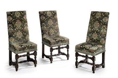 Suite de trois chaises à haut dossier plat....