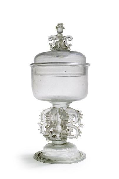 Drageoir en verre clair soufflé, sur piédouche...