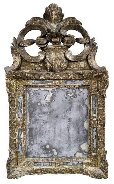 Petit miroir en bois sculpté et doré parcloses...