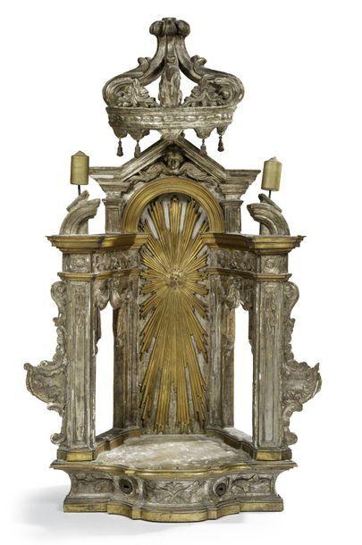 Niche architecturée et ajourée en bois sculpté,...