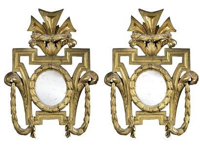 Paire de petits miroirs en bois sculpté et...