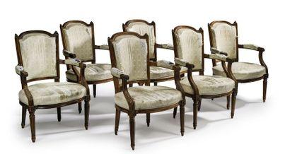 Suite de six fauteuils en bois naturel mouluré....