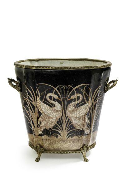 Jardinière à contours en porcelaine à décor...