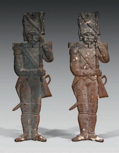DEUX GRENADIERS Paire de bas-reliefs en fonte....