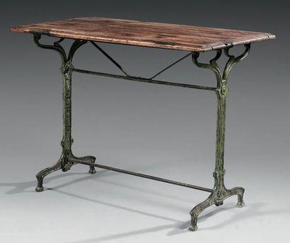 TABLE DE BISTROT Le plateau rectangulaire...