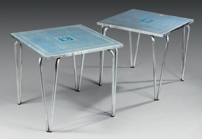PAIRE DE TABLES Métal chromé, le plateau...