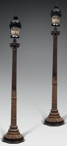 Paire de lampadaires en fonte peinte épousant la forme d'une colonne cannelée corinthienne,...