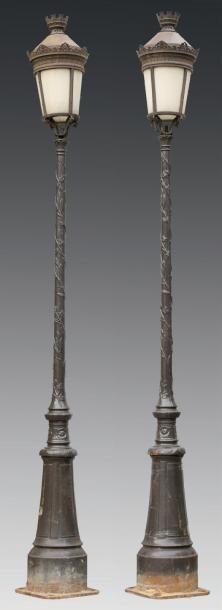 Paire de lampadaires en fonte et aluminium,...