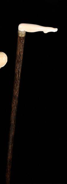CANNE ÉROTIQUE  La poignée équerre en ivoire...