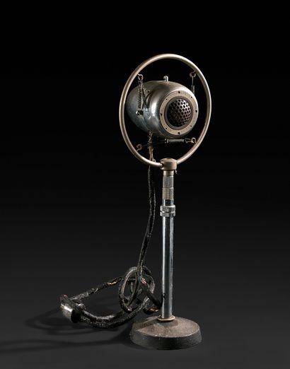 静电话筒  镀铬和喷漆的金属,在一个圆形底座上。  MÉLODIUM,巴黎。  锈迹斑斑,用过的铁丝。...