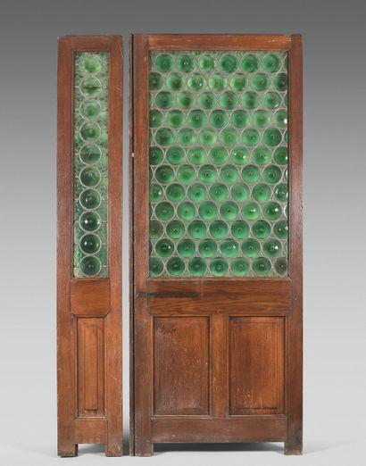 QUATRE DORMANTS DE SALLE DE RESTAURANT PARISIEN  Bois, orné de vitraux de verre...