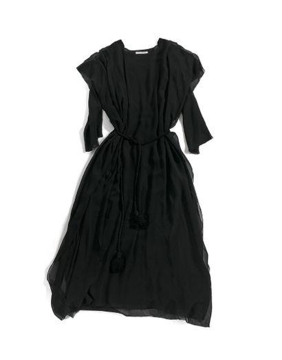 GUY LAROCHE  舞台服装和背景板  黑色纱布,带流苏的绳索皮带。  署名...