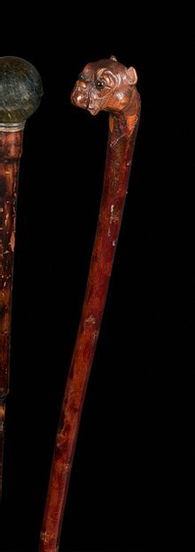 民间艺术手杖  樱桃木轴心精雕细琢,根部有一个丹顶鹤的形状的把手,眼睛是硫磺色。  19世纪下半叶。  总长度:91厘米。  转载于第154页。