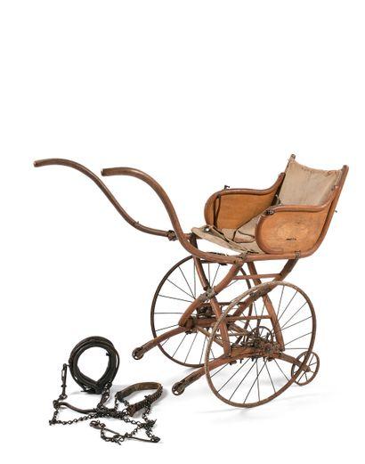 CARRIOLE D'ENFANT  Bois courbé, assise de...