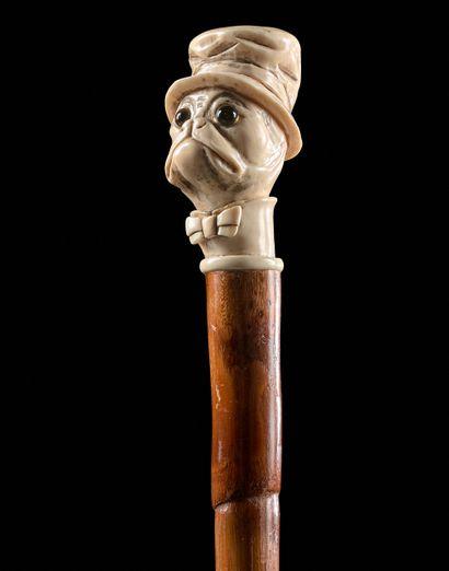 CANNE ANIMALIÈRE  Le pommeau en ivoire sculpté...