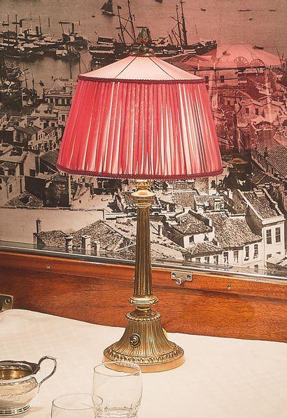 为马车公司的餐厅车准备的台灯  镀金的青铜,锥形,有凹槽,圆形底座呈喇叭状,有凹槽。...