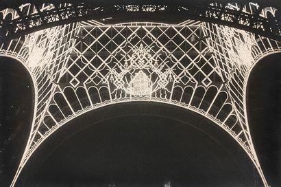 未确定的作者  埃菲尔铁塔的夜晚,约1937年  复古的银色印刷品,可能是为  为1937年的国际展览会。...